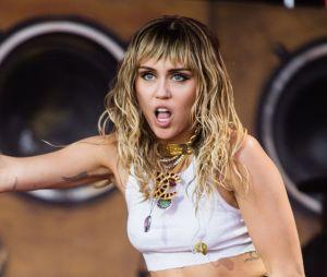 """Com frases de manifesto e mulheres representadas como deusas, Miley Cyrus lança o clipe de """"Mother's Daughter"""""""