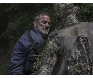 "Nos quadrinhos de ""The Walking Dead"", Negan (Jeffrey Dean Morgan) é responsável pela morte de Alpha (Samantha Morton)"