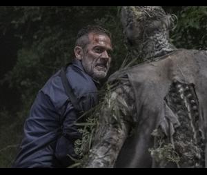 """Nos quadrinhos de """"The Walking Dead"""", Negan (Jeffrey Dean Morgan) é responsável pela morte de Alpha(Samantha Morton)"""