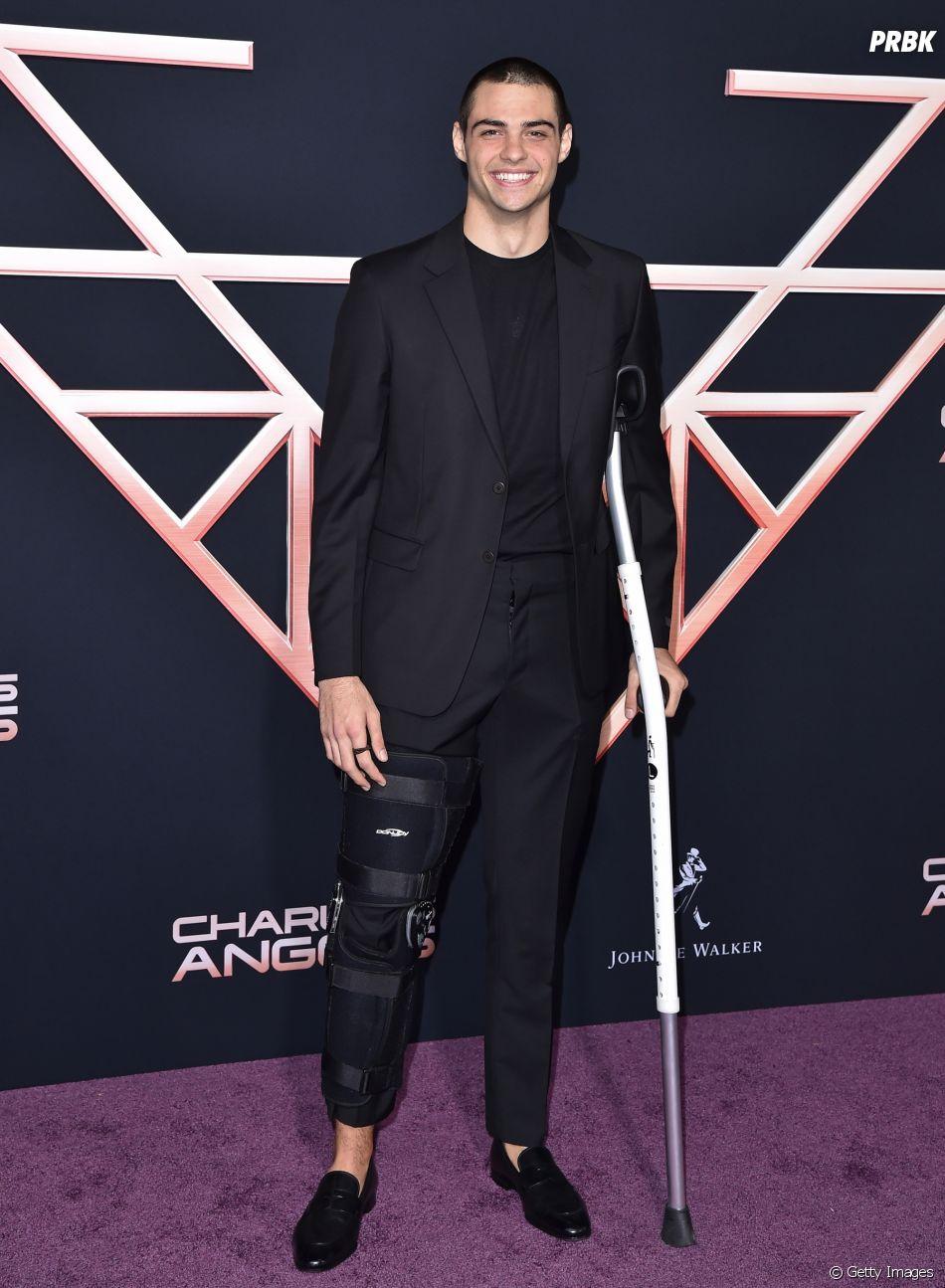 Noah Centineo contou de forma divertida como foi a recuperação da cirurgia no joelho