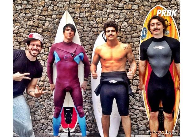 """Caio Castro apostou no visual """"mexicano"""" e exibiu um bigodão ao lado dos amigos"""
