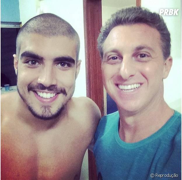 """Caio Castro apareceu careca após perder aposta para o amigo Felipe Titto no """"Caldeirão do Huck"""""""