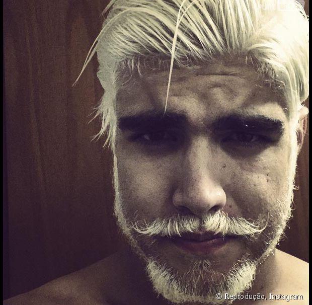 Caio Castro radicaliza e pinta os cabelos de loiro