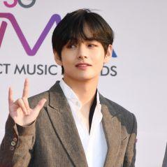 """V, do BTS, lança música solo para a trilha sonora do dorama """"Itaewon Class""""! Ouça """"Sweet Night"""""""
