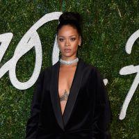 Rihanna pelada de novo! Cantora vai só de blazer para o British Fashion Awards 2014