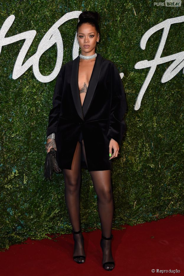 Um cordão lotado de diamantes completava o visual de Rihanna no British Fashion Awards 2014