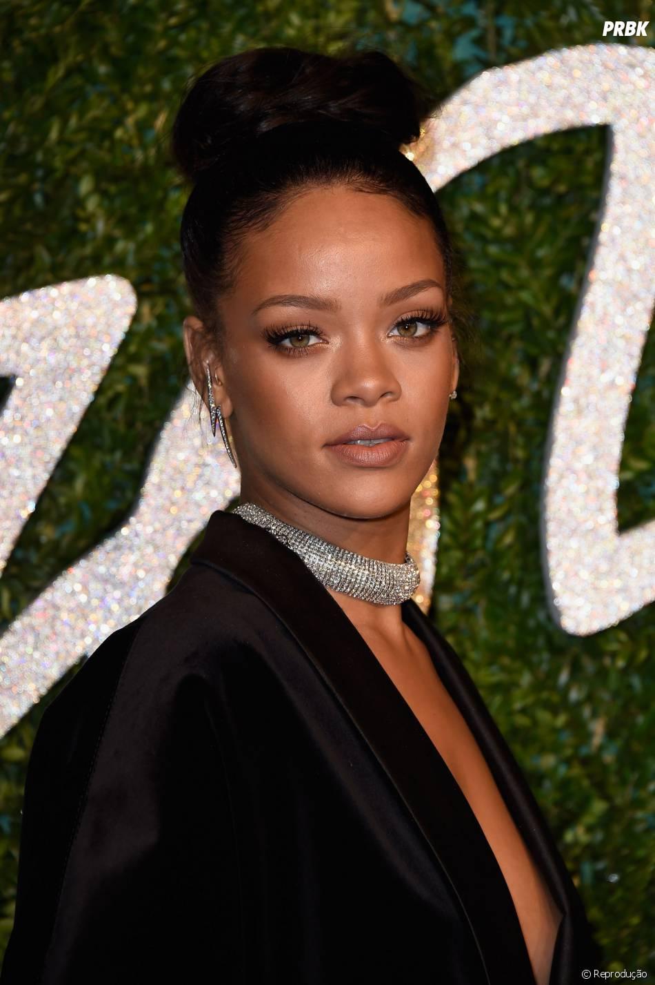 O look de Rihanna não é nada mais que um Blazer Balmain e uma meia calça no tapete vermelho do British Fashion Awards 2014