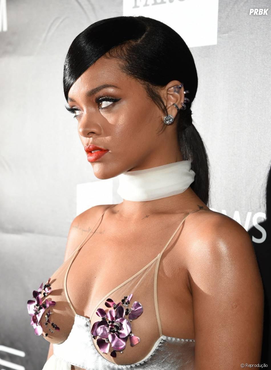 Rihanna também arrasou com o vestido Tom Ford no baile de gala amfAR, em novembro