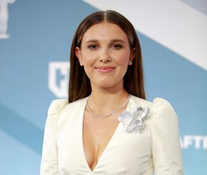 Millie Bobby Brown no 26th Annual Screen Actors Guild Awards (2020) com look todo branco