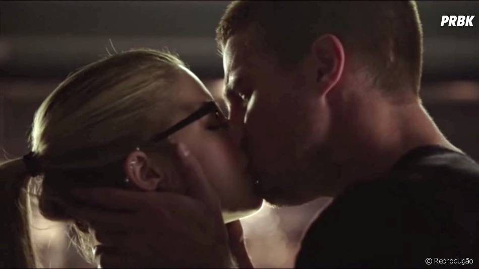 """Em """"Arrow"""", Oliver (Stephen Amell) e Felicity (Emily Bett Rickards) deram seu primeiro beijo"""