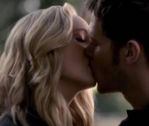 """Em """"The Vampire Diaries"""", Caroline (Candice Accola) e Klaus (Joseph Morgan) finalmente deram um beijo e algo mais...."""