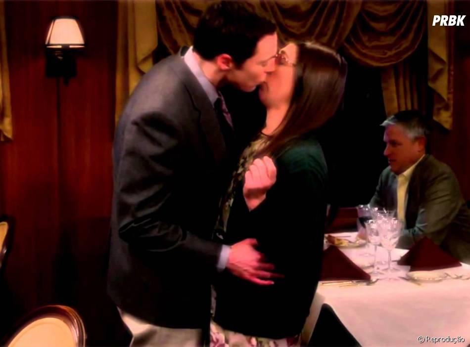 """Sheldon (Jim Parsons) beijou Amy (Mayim Bialik) por vontade própria pela primeira vez em """"The Big Bang Theory"""""""