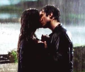 "Elena (Nina Dobrev) e Damon (Ian Somerhalder) tiveram seu primeiro beijo na chuva em ""The Vampire Diaries"""