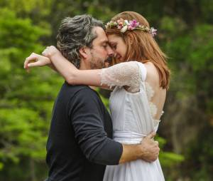 "Em ""Império"", o beijo que selou o casamento de José Alfredo (Alexandre Nero) e Maria Isis (Marina Ruy Barbosa) foi lindo!"