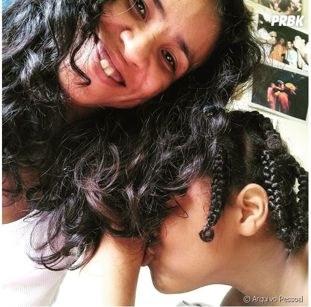 A mãe de Ébano faz tranças nos cabelos do menino para que ele preserve o amor e a ancestralidade da população negra