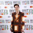 Harry Styles sempre serve ternos da Gucci com estampas coloridas e elegantes
