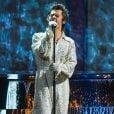 """Harry Styles na sua era """"Fine Line"""" apostou em conjuntos brilhantes e com diferentes cores nas suas apresentações"""