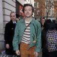Mesmo em looks mais casuais, Harry Styles usa o seu icônico colar de pérolas para marcar seu visual