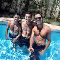 Bruno Gissoni, Rodrigo Simas e Felipe Simas curtem dia na piscina sem camisa