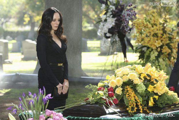 """Em """"Revenge"""", Victoria (Madeleine Stowe) observa o caixão de Daniel (Josh Bowman)"""
