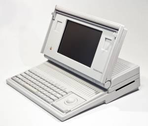 """""""Macintosh Portable"""" apesar do modelo ser considerado portátil sua bateria não sobrevivia por muito tempo"""