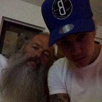 """Justin Bieber posa com produtor famoso e faz mistério para os fãs: """"Estejam prontos"""""""