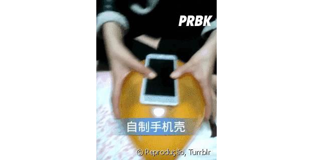 Aprenda como fazer um case de smartphone usando uma bexiga!