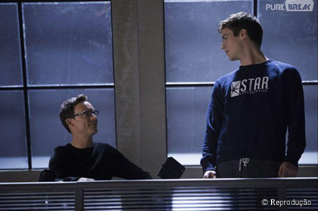"""Em """"The Flash"""", Dr. Wells (Tom Cavanagh) é quem ajuda Barry (Grant Gustin) em suas habilidades"""