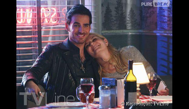 "Em ""Once Upon a Time"", Emma (Jennifer Morrison) e Hook (Colin O'Donoghue) ficam de amorzinho"