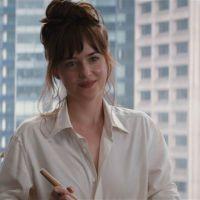 """De """"50 Tons de Cinza"""": Anastasia (Dakota Johnson) cozinha para Christian (Jamie Dornan) em nova cena"""