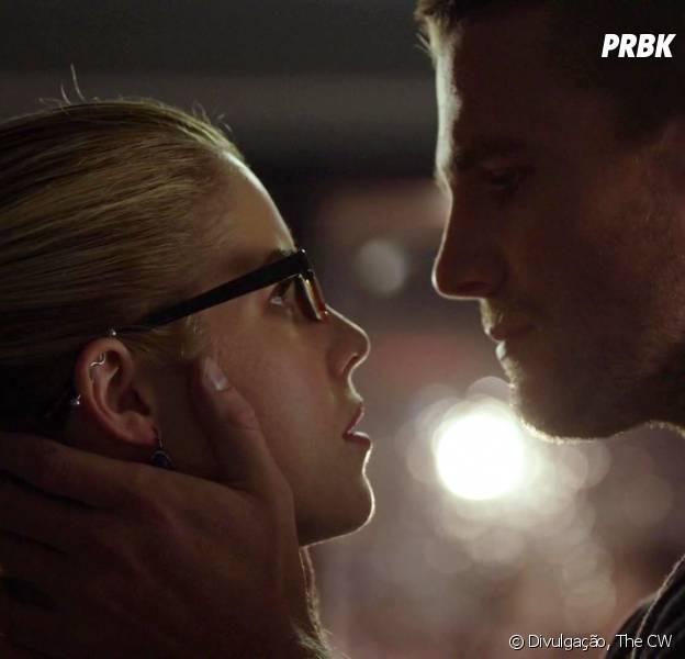 """Em """"Arrow"""", Oliver (Stephen Amell) e Felicity (Emily Bett Rickards) não vão ficar juntos por enquanto"""