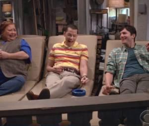 "Em ""Two and a Half Men"", Berta (Conchata Ferrell), Alan (Jon Cryer) e Walden (Ashton Kutcher) fumam charutos no deck da casa em Malibu"