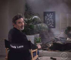 """Em """"Two and a Half Men"""", depois de ver Charlie sendo esmagado por um piano, Chuck Lorre diz que venceu do rival..."""