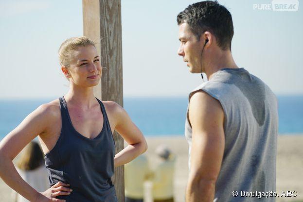 """Em """"Revenge"""", Emily (Emily VanCamp) vai correr na praia com Ben (Brian Hallisay)"""