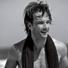 Rodrigo Santoro tira a camisa e posa sensual em ensaio no mar #semfôlego