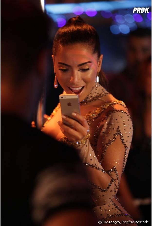 "Anitta confere o celular nos bastidores do clipe ""Ritmo Perfeito"""