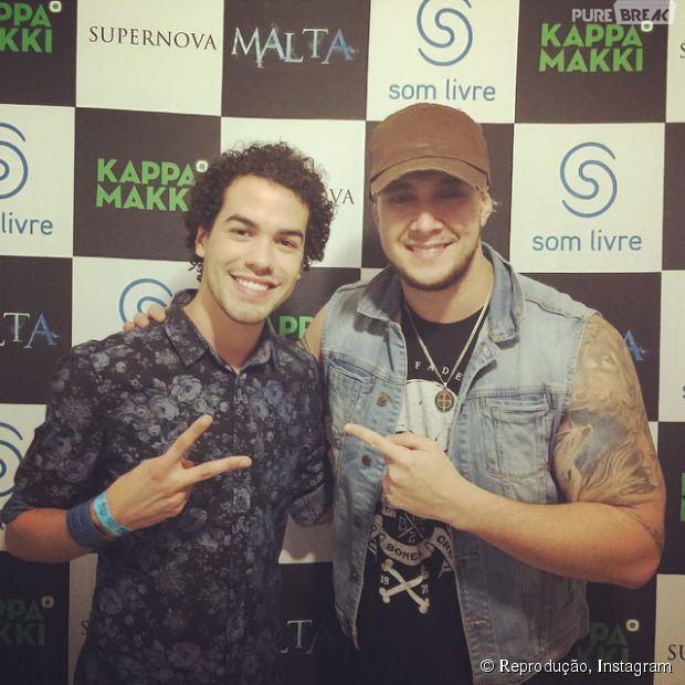 Sam Alves e Bruno Boncini, da banda Malta, posam em bastidores de show