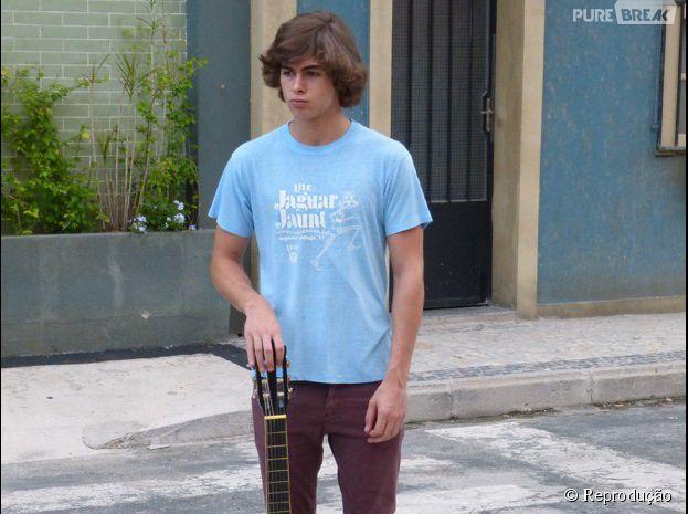 "Em ""Malhação"", Pedro (Rafael Vitti) tenta fazer uma serenata para Karina (Isabella Santoni)"