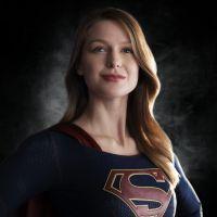 """Em """"Supergirl"""": Melissa Benoist aparece usando o uniforme da heroína pela primeira vez!"""