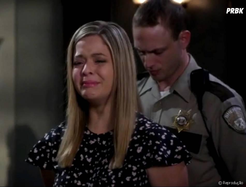 """Em """"Pretty Little Liars"""", Alison (Sasha Pieterse) chora quando é declarada culpada pelo assassinato de Mona (Janel Parrish)"""