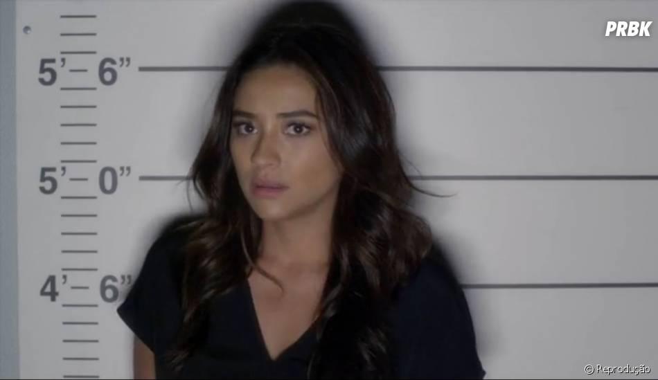 """Emily (Shay Mitchell) fica sem ação quando vai para a cadeia em """"Pretty Little Liars"""""""