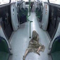 """""""The Walking Dead"""" da vida real: pegadinha de Silvio Santos leva zumbis para o metrô"""