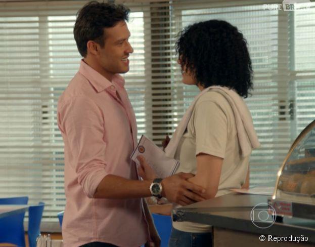 """Em """"Alto Astral"""", o primeiro beijo de Scarlett (Monica Iozzi) e Ricardo (Nando Rodrigues) foi super engraçadinho!"""