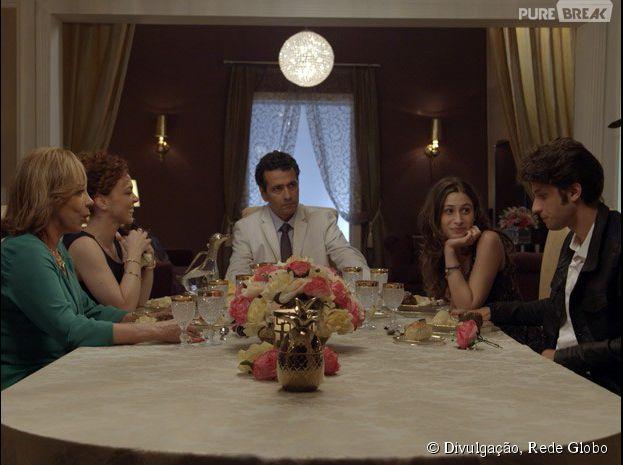 """Rafael (Chay Suede) janta na casa de Laís (Luísa Arraes), mas as coisas não terminam muito bem em """"Babilônia"""""""