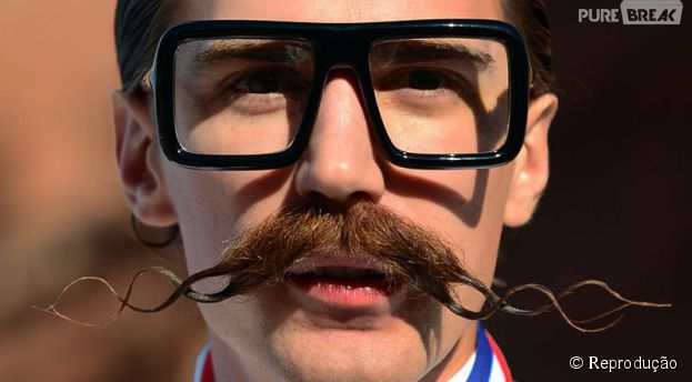 Além dos óculos exagerados, os hipsters muitas vezes passam da conta com o estilo do bigode