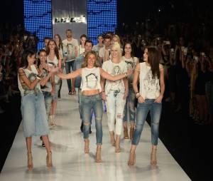 Para seu último desfile como modelo, Gisele Bündchen convidou amigas tops comoAna Claudia Michels,Luciana CurtiseCarol Bittencourt