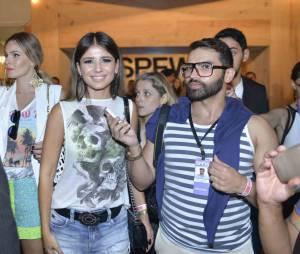 Paula Fernandes prestigia Gisele Bündchen e é assediada por jornalistas no São Paulo Fashion Week