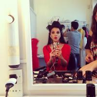 Mariana Rios e Anitta; confira as famosas que já posaram de bobes no cabelo
