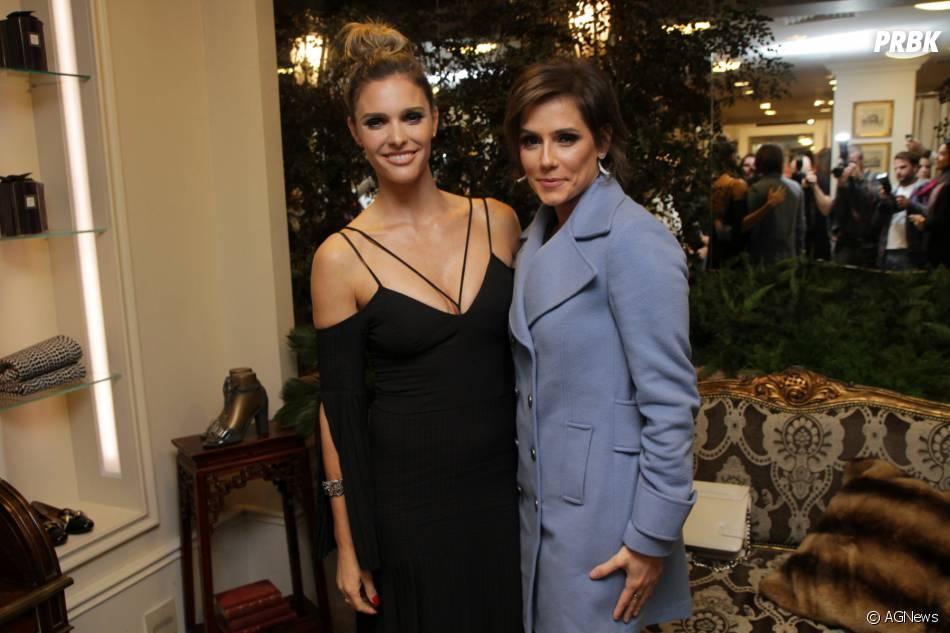 Deborah Secco e Fernanda Lima posam juntas durante o lançamento de uma coleção de Dia das Mães de uma famosa loja de roupas