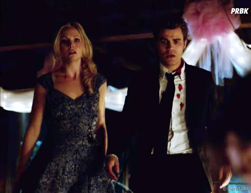 """Caroline (Candice Accola) e Stefan (Paul Wesley) ficam chocados ao verem Elena (Nina Dobrev) no chão em """"The Vampire Diaries"""""""